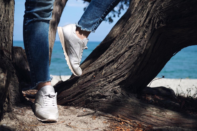Une fille et des sneakers